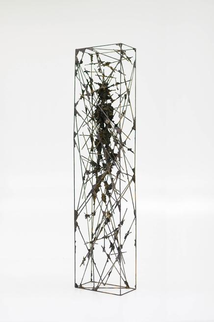 Acotación I, 2015, hierro y epoxi, 130 x 30 x 15 cm