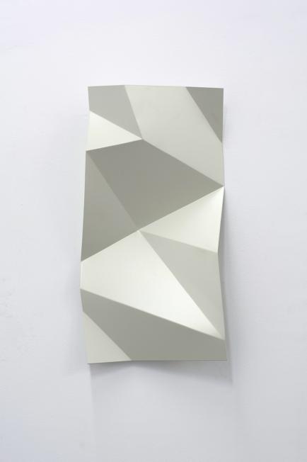 Torciones del espacio, 2019, hierro lacado, 120 x 60 cm