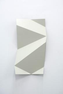 Torciones del espacio (blanco I), 2019, hierro lacado, 30 x 60 cm web